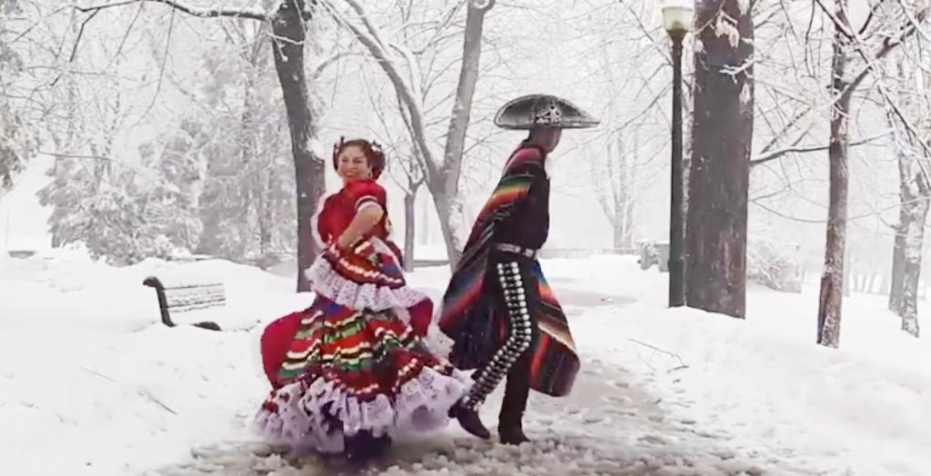 """Mexicanos bailan el """"Son de la Negra"""" en medio de la nieve en Montreal"""